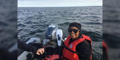 Danielle Once dans un bateau à moteur en pleine eau