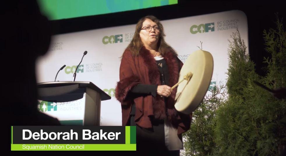 Une femme qui tien un tambourin