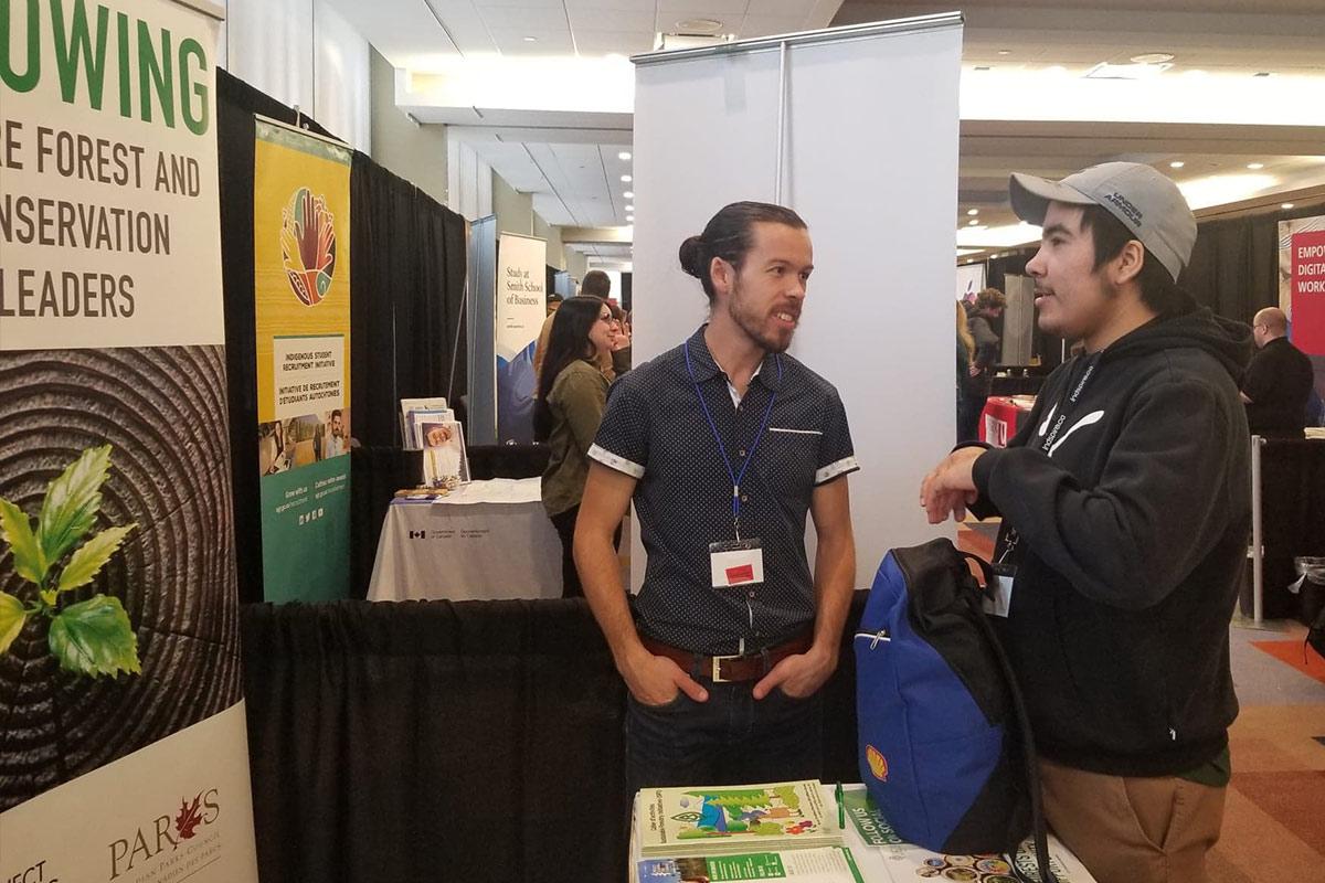 Paul parle à un jeune autochtone
