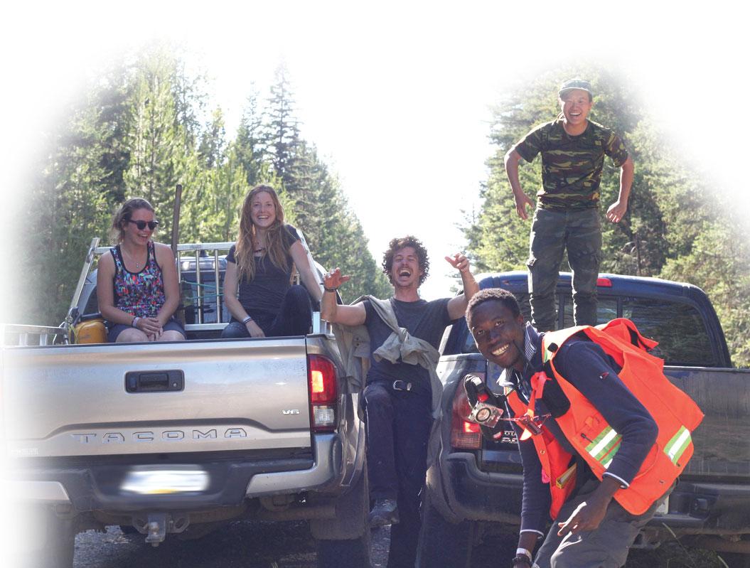 Des jeunes qui traînent dans la forêt avec deux camionnettes